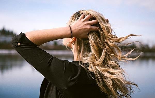 髪をかき分ける女性