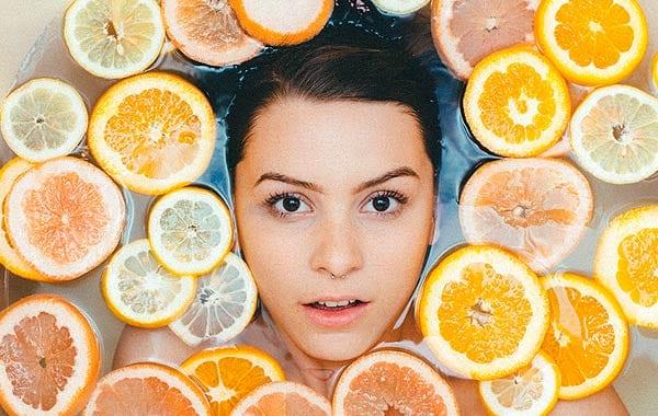 レモン風呂に入る女性