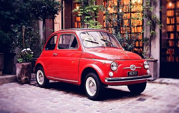 赤いレトロな車