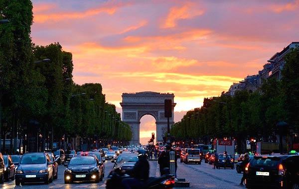 パリ 車 凱旋門
