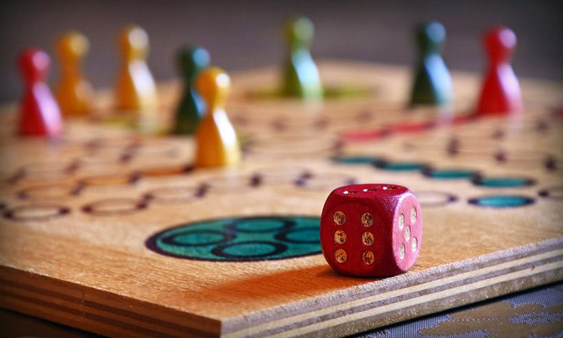 サイコロが置かれたボードゲーム