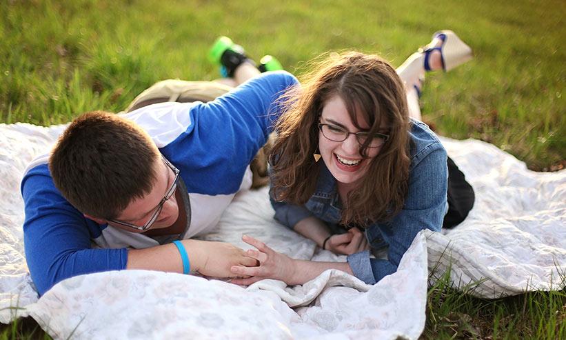 寝転び笑い合うカップル