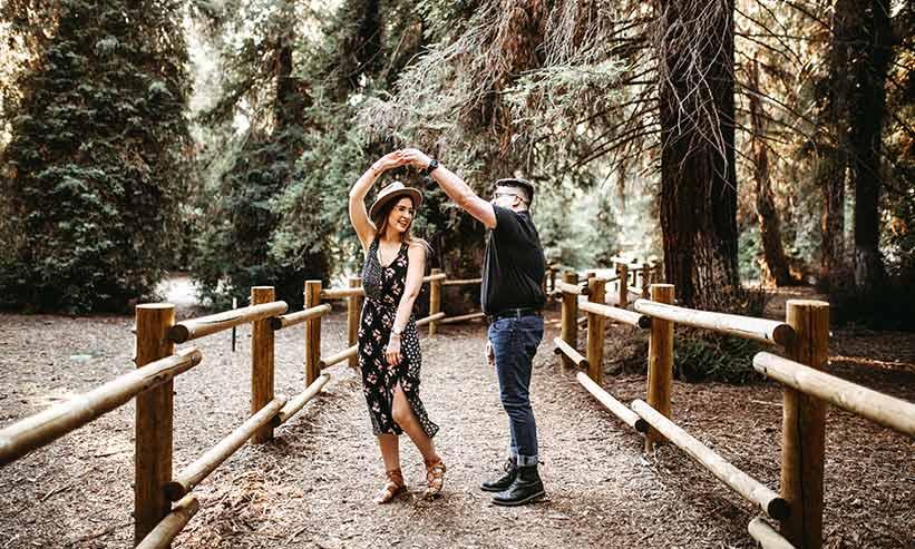 ダンスを踊るカップル