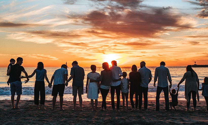 浜辺に集まる大家族