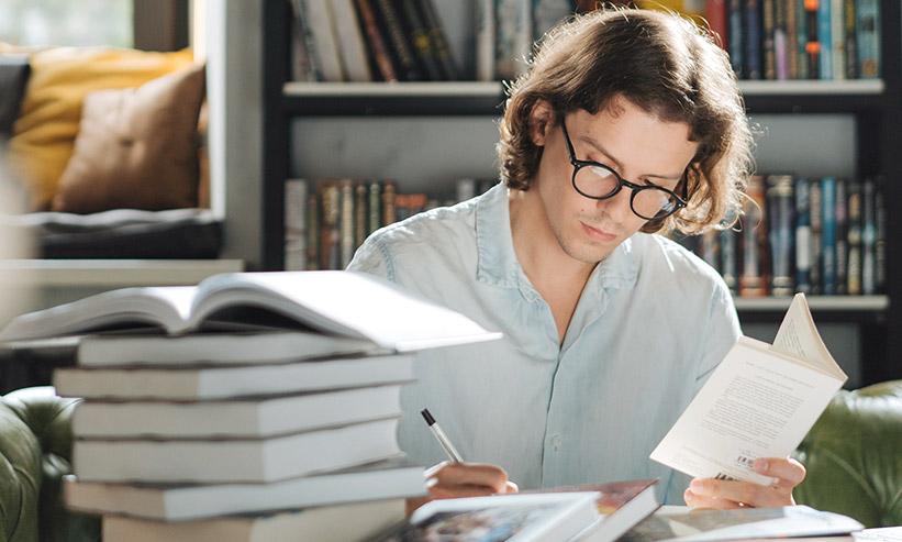 熱心に勉強している男性
