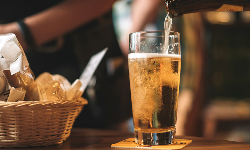 グラスにビールを注ぐ様子