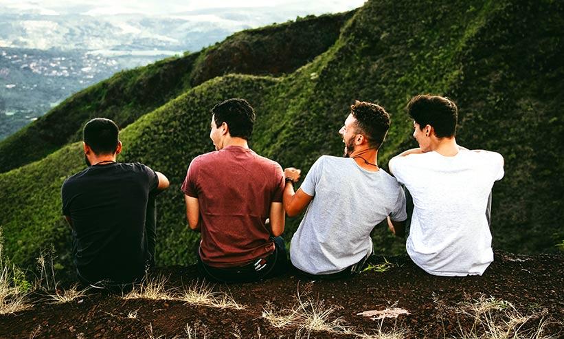 仲の良い4人の男性の後ろ姿