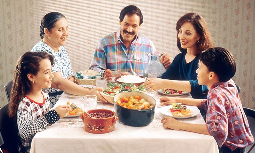 家族で食事をしている様子