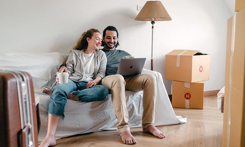 パソコンを一緒に見ながら話すカップル