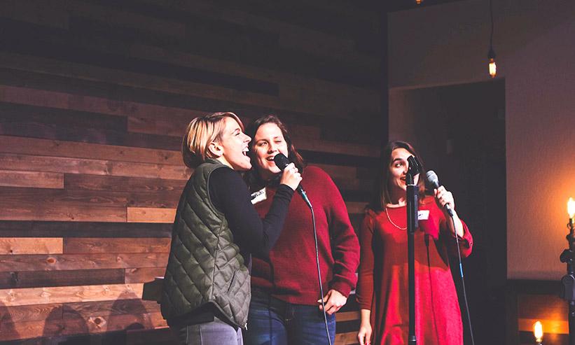 カラオケで歌っている3人の女性
