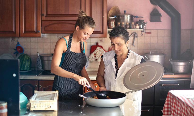 母親と料理をする女性