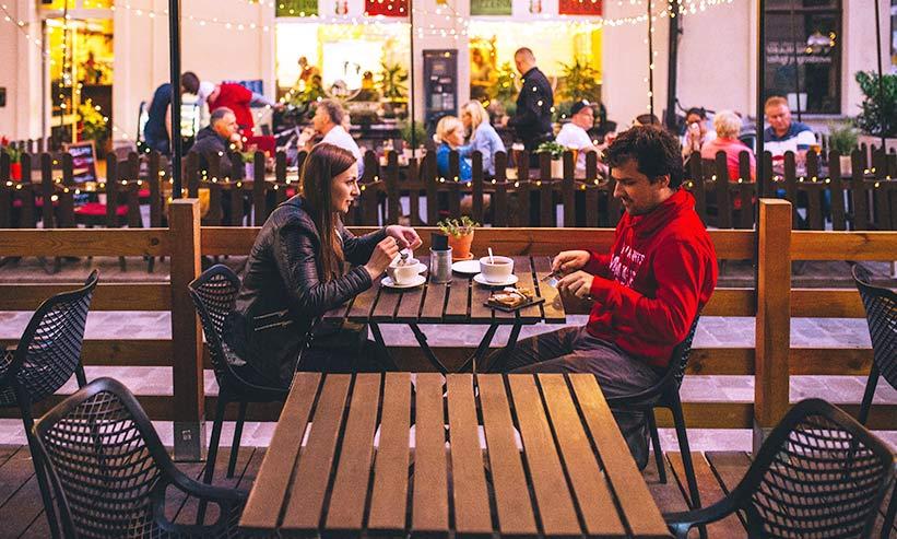 テラスで食事中のカップル