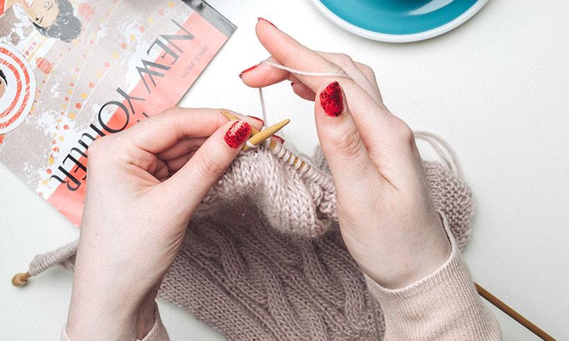 女性が編み物をしている様子