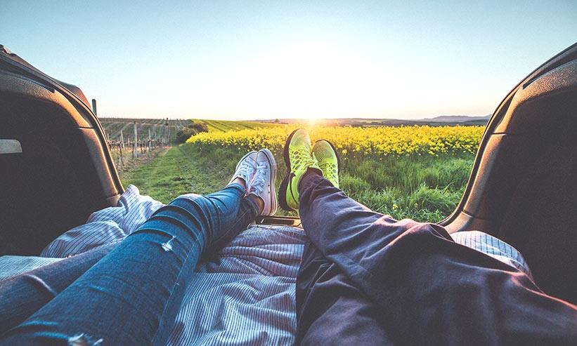 外で足を伸ばして寛ぐカップル