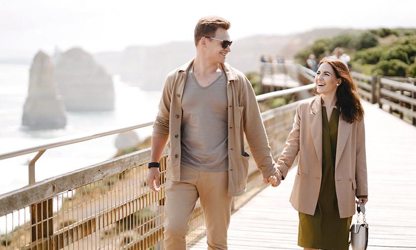 手を繋いでデートするカップル