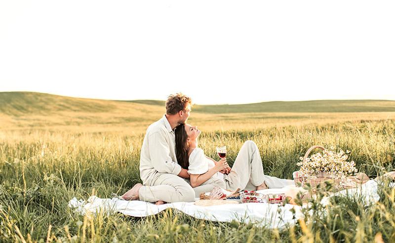 草原で寛ぐカップル