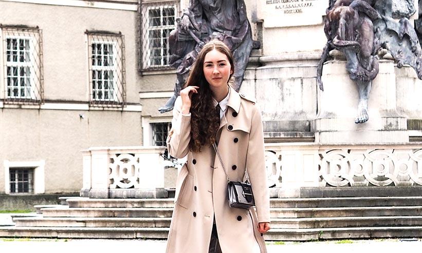 トレンチコートを着ている女性