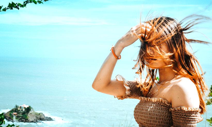 強風で髪が舞い上がる女性