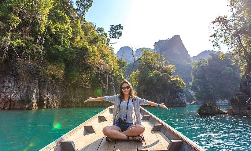 船で川を渡る女性