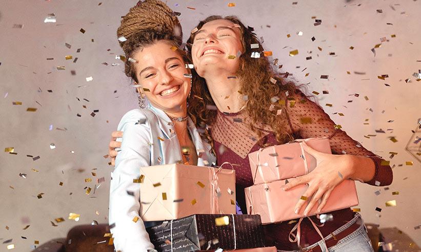 誕生日を祝う2人の女性
