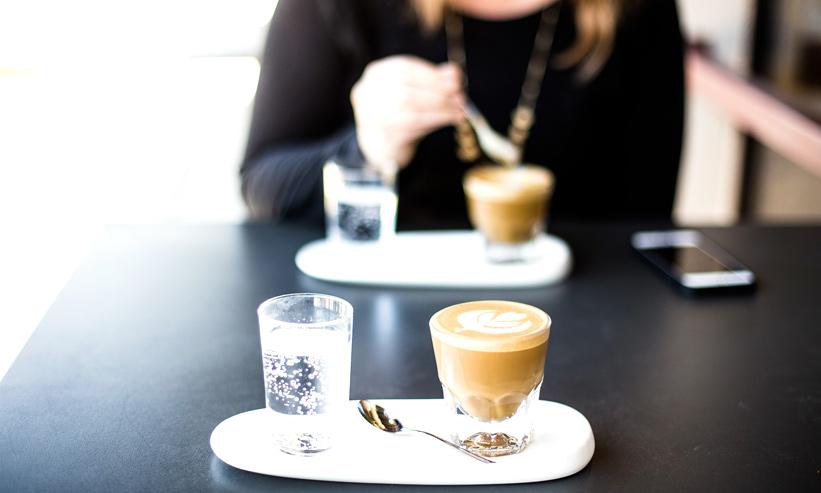 カフェでデザートを食べている女性