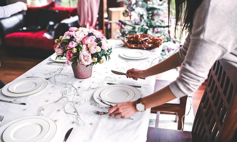 食器を並べる女性
