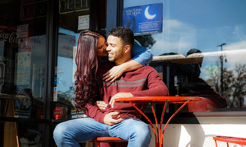 カフェで寄り添うカップル