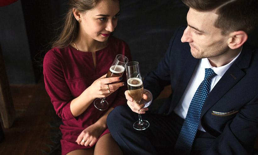 シャンパンで乾杯をする男女