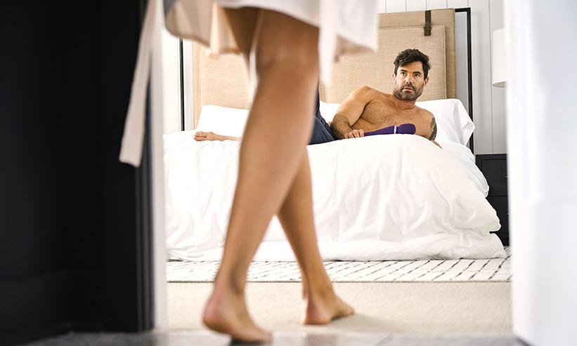 ベッドで女性を待つ男性