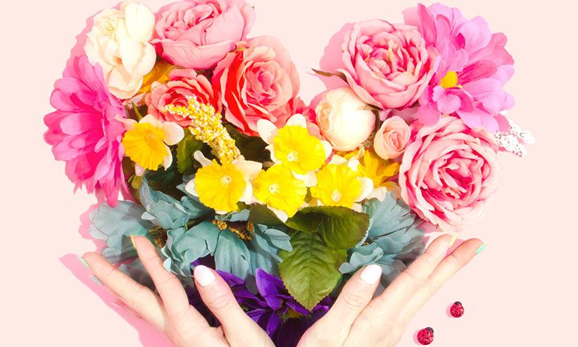 ハートの花飾りを持つ女性