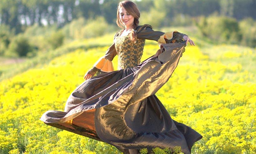 花畑の中をドレスを着て踊っている女性