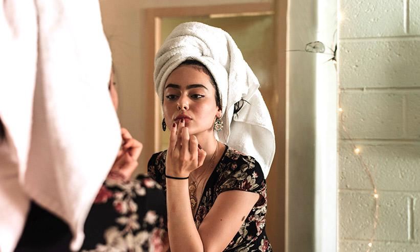 タオルを巻き化粧をしている女性