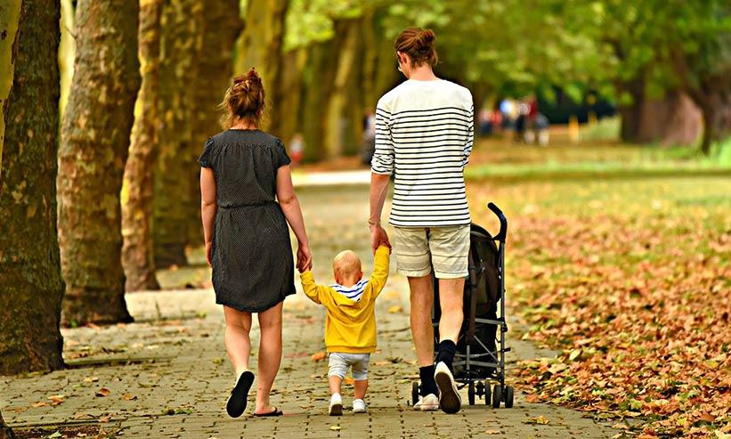 散歩中の子連れの親子