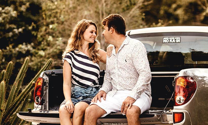 車の荷台で話をするカップル