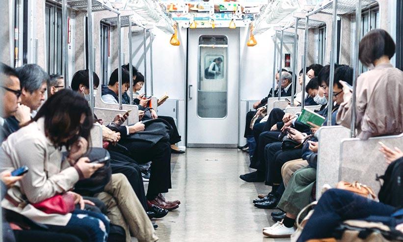 日本の電車の中の様子