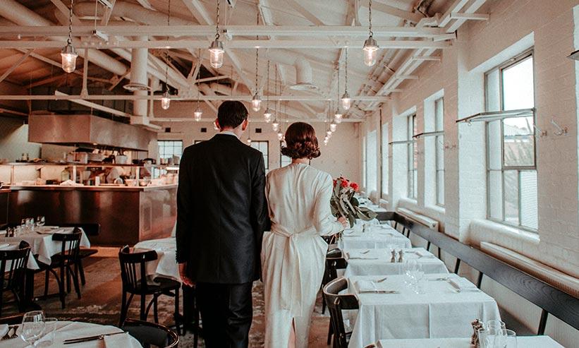 正装でレストランを歩くカップル