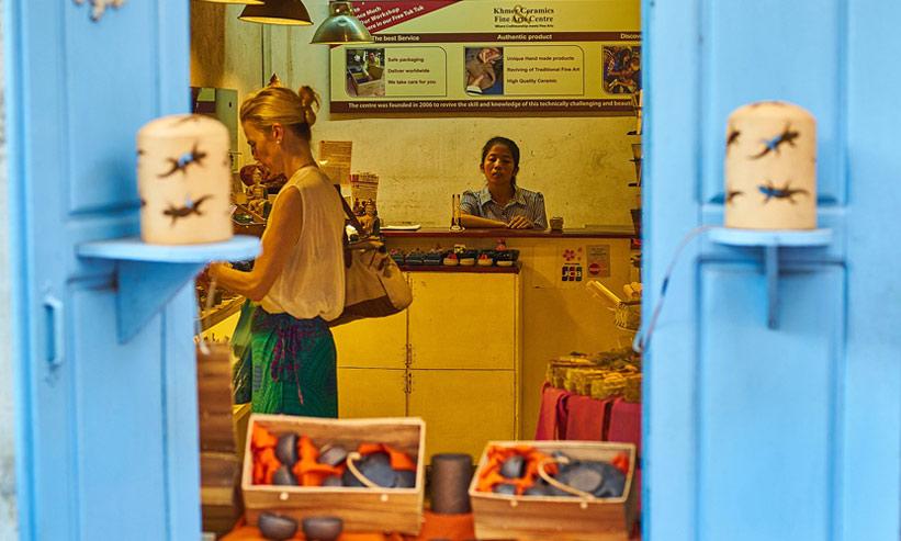 雑貨屋で買い物をする女性