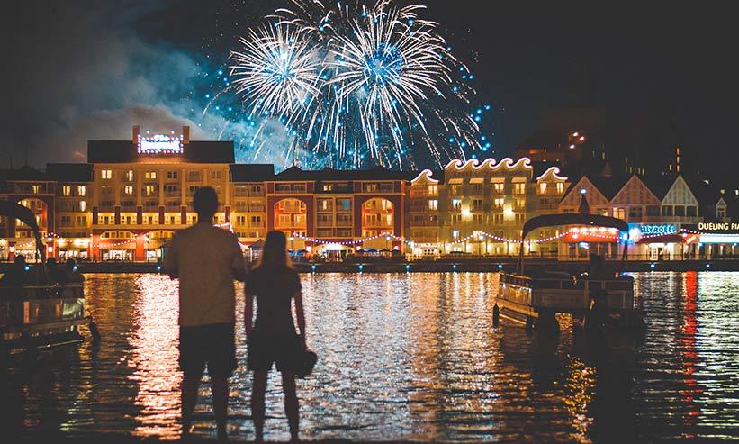 花火を見るカップルの後ろ姿