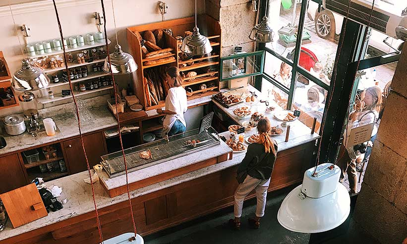 天井から見たカフェの店内の様子