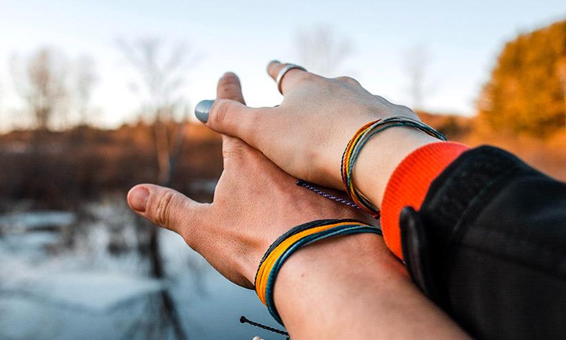 お互いの手を重ねるカップル