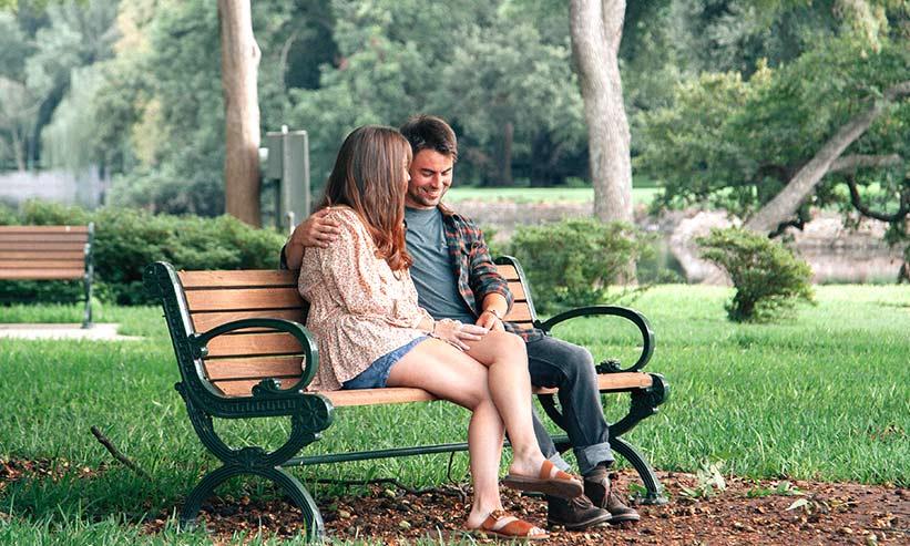 公園のベンチに座るカップル