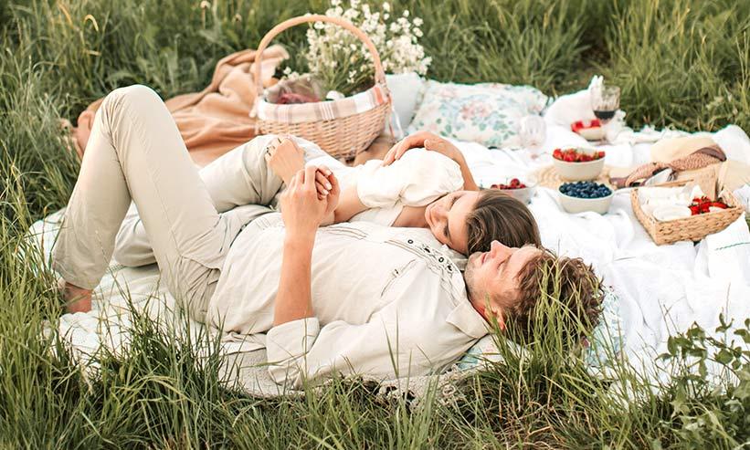 公園で寝転ぶカップル