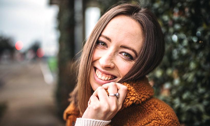 ニッコリ笑顔の女性