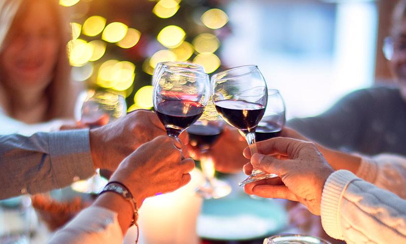 ワインで乾杯をしている家族