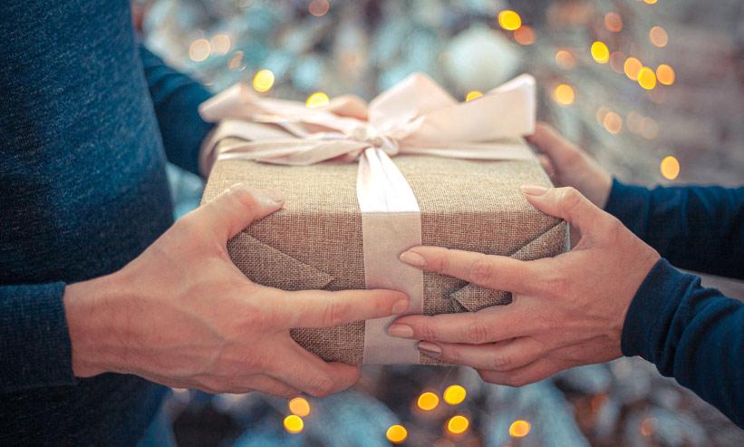 プレゼントをお互いに持つカップル