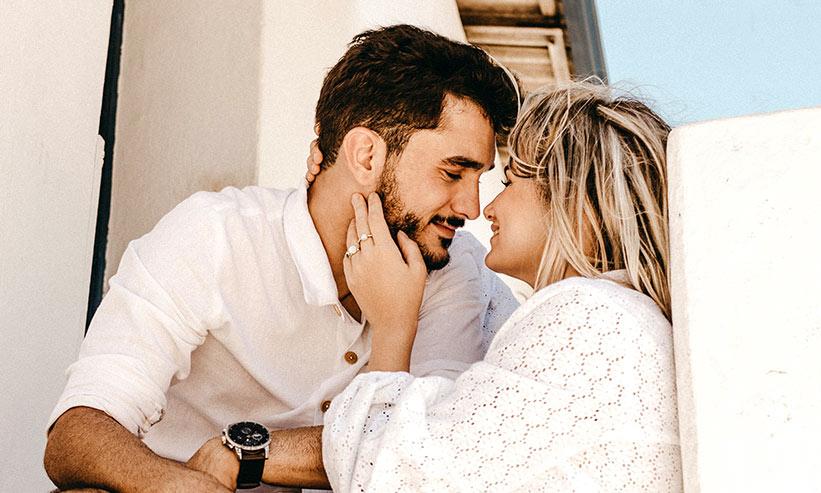 微笑みながら見つめ合うカップル