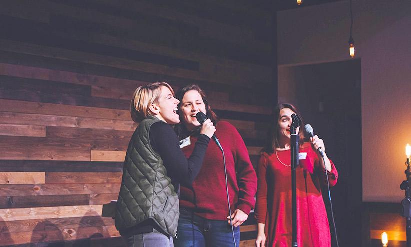 歌っている3人の女性