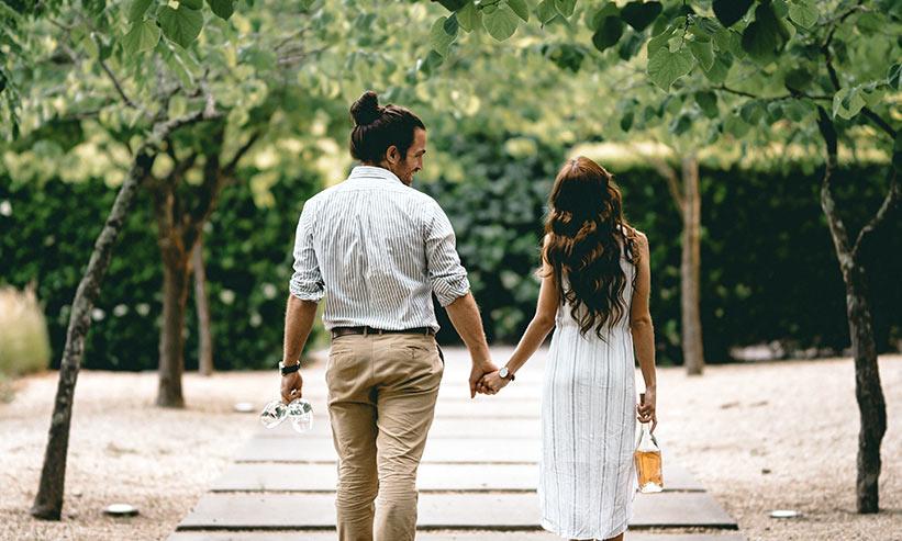 公園を散歩しているカップル