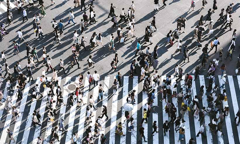 横断歩道を渡る大勢の人