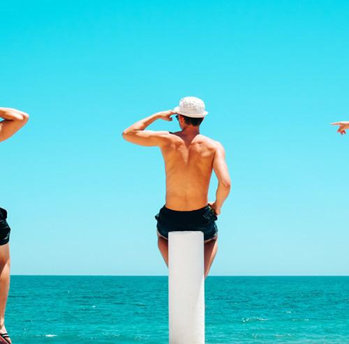 海を眺める3人の男性